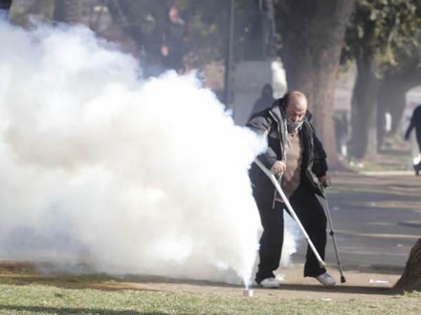 Carabineros bombardeando con lacrimógenas a un peligroso delincuente inválido...