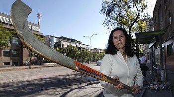 vieja culiá y su palo de hockey