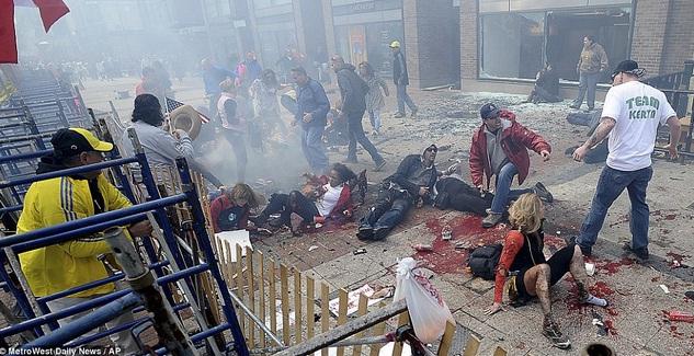 Minutos después de la explosión, nótese la postura relajada de varios y de como esperan instrucciones de el hombre de polera blanca