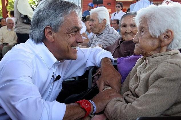 piñera-chamullando-ancianita
