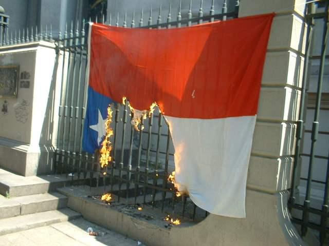 bandera chilena ardiendo hermosura