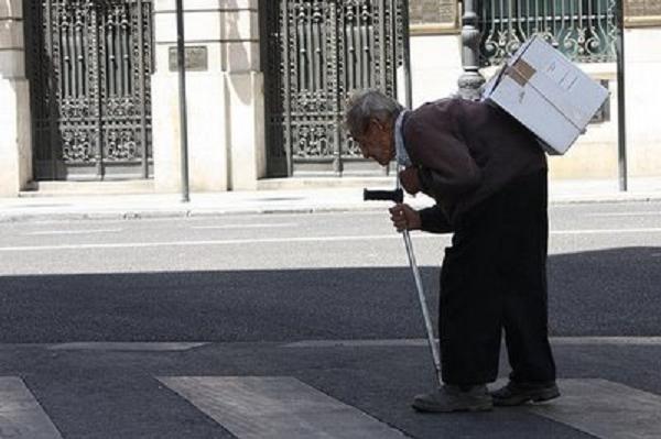 anciano jubilado trabajando