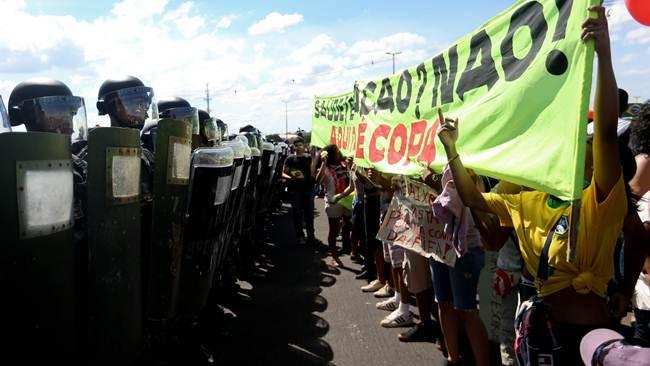 UNA NUEVA PROTESTA CONTRA LA COPA EN BRASILIA EXIGE LA LIBERTAD DE CUATRO PRESOS