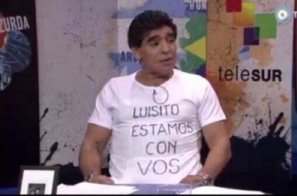 Maradona-con-una-camiseta-de-a_54410480710_54115221154_600_396