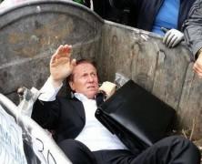 EJEMPLAR: Ucranianos tiraron a la basura a Diputado que quería prohibir las marchas