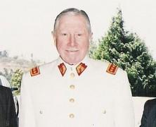Fieles al Dictador Delincuente: Altos mandos continúan usando medallas pinochetistas