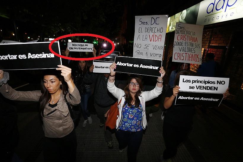 Juventudes UDI se manifiestan frente a la sede de la Democracia Cristiana