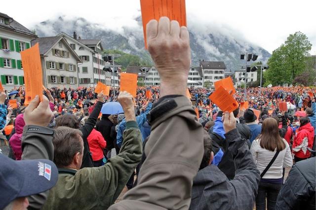 Die Stimmberechtigten von Glarus stimmen am Sonntag, 6. Mai 2012, auf dem Landsgemeindeplatz in Glarus ueber ein Sachgeschaeft ab. Die Stimmberechtigten des Kanton Glarus hatten am Sonntag an der traditionellen Landsgemeinde 15 Sachgeschaefte zu beraten. (KEYSTONE/Arno Balzarini)
