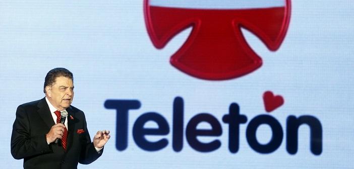 """CH01 - SANTIAGO DE CHILE (CHILE), 30/11/2012. El presentador Mario Kreutzberger conocido como """"Don Francisco"""" participa hoy, viernes 30 de diciembre de 2012, en el inicio de la TeletÛn en Santiago de Chile. Esta es la versiÛn n˙mero 25 de un evento benÈfico que durante casi 30 horas ininterrumpidas tiene como reto recaudar m·s de 20.000 millones de pesos para los niÒos discapacitados del paÌs. El maratÛn solidario cuenta con la participaciÛn de decenas de artistas, personajes conocidos y varios invitados de fama internacional. EFE/Felipe Trueba"""