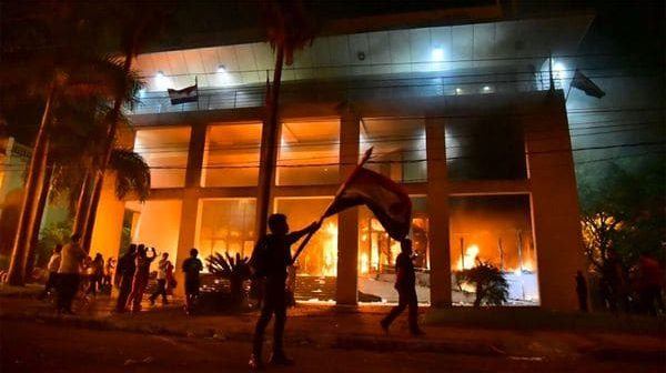 Risultati immagini per Paraguayos Queman Congreso Nacional En Protesta