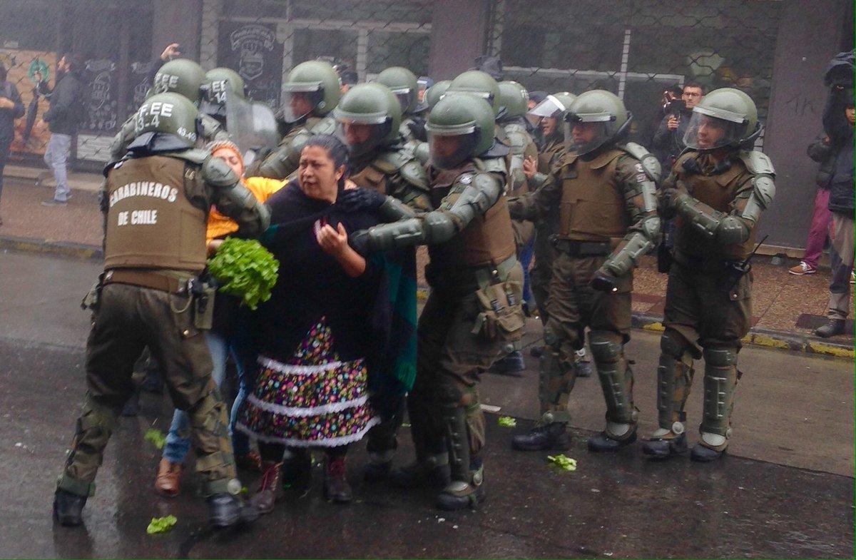 Resultado de imagen para represion vendedoras mapuche