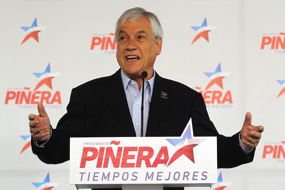 Santiago 2 mayo 2017 Sebastián Piñera comparte en su sede de campaña con voluntarios, y se refiere a su propuesta programática. Marcelo Hernandez/Aton Chile
