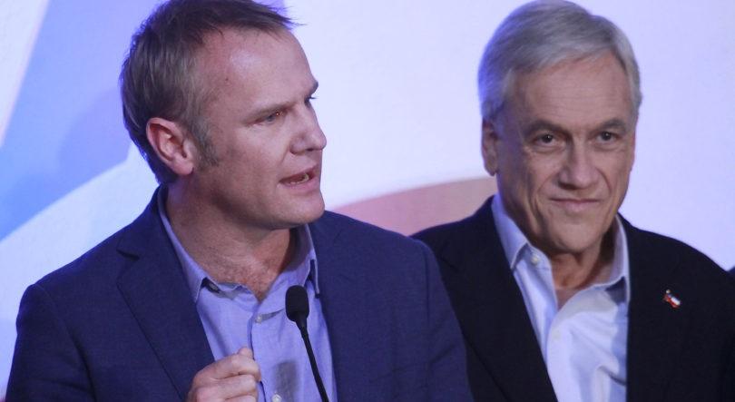 Sebastian Piñera recibe el saludo de Felipe Kast en su comando