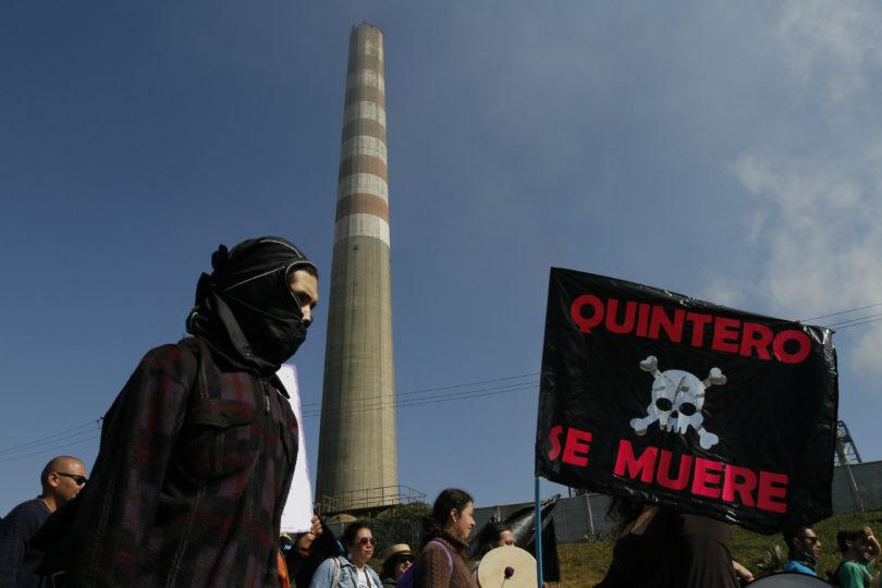 8 SEPTIEMBRE 2018/QUINTERO Nueva jornada de protestas se realizo en la Comuna de Quintero frente a las empresas contaminantes. En la imagen personas transitan frente a empresas contaminantes durante la marcha FOTO:YVO SALINAS/AGENCIAUNO